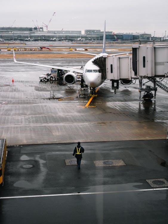 pesawat sedang mengisi bahan bakar